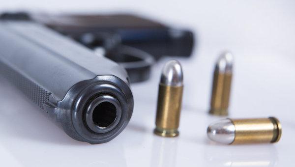 Пистолет с боеприпасами. Архивное фото