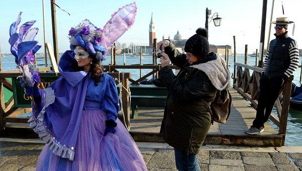 Туристы и участники карнавала недалеко от площади Святого Петра в Венеции. 7 февраля 2015