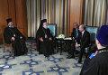 Президент России Владимир Путин и патриарх Александрийский и всея Африки Феодор II беседуют во время визита президента РФ в Арабскую Республику Египет