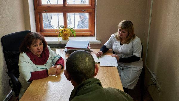 Доброволец проходит медицинский осмотр на военной базе в Донецке в первый день мобилизации