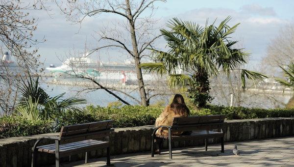 Девушка наблюдает за кораблями в порту Сочи