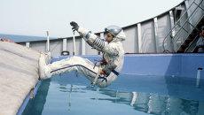 Индийский космонавт-исследователь Равиш Мальхотра во время тренировки на приводнение