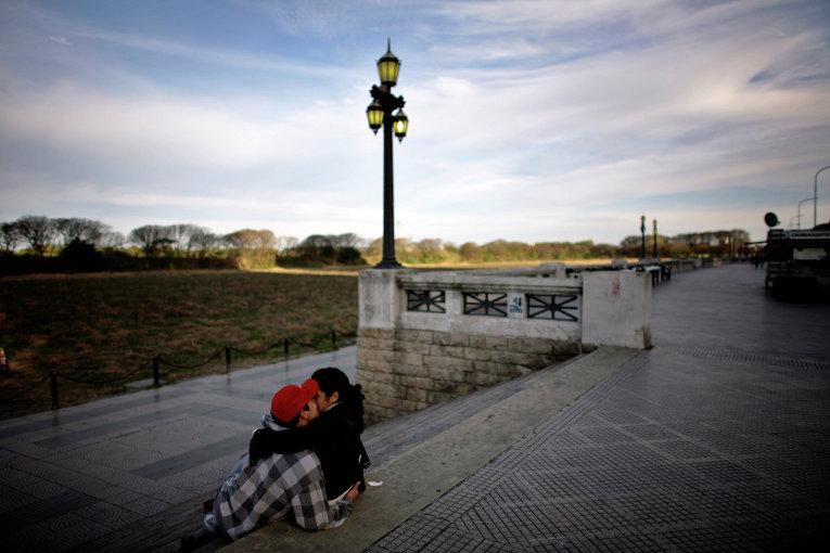 Влюбленная пара возле заповедника в Буэнос-Айресе
