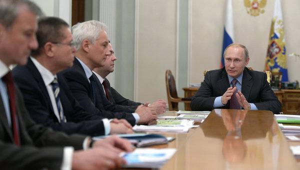 Президент России Владимир Путин во время встречи в резиденции Ново-Огарево с экспертами в области экономики