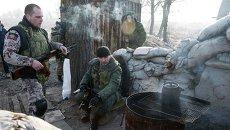 Ополченцы отдыхают на блокпосту под Донецком, Украина. 15 февраля 2015