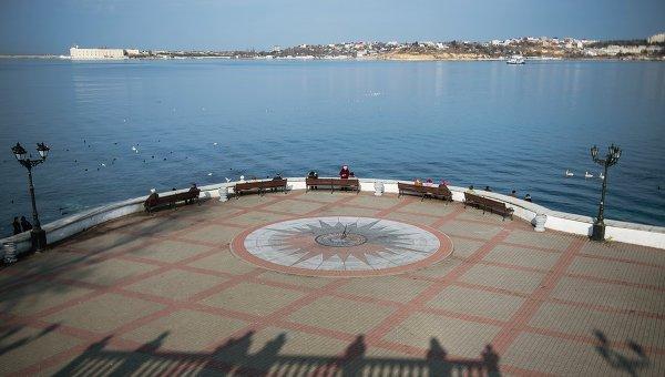 Солнечные часы на набережной Севастополя. Архивное фото