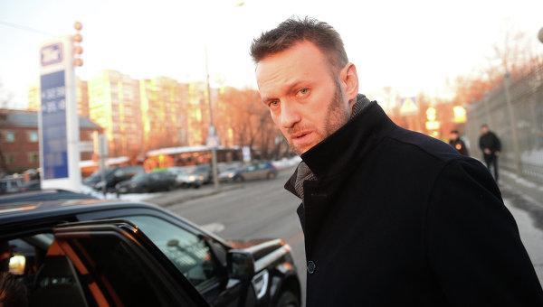 А.Навальный у здания Мосгорсуда. Архивное фото