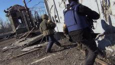 Журналисты RT прятались от мин в аэропорту Донецка. Съемка с места событий