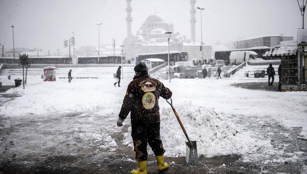Мужчина убирает снег в европейской части Стамбула. 18 февраля 2015. Архивное фото