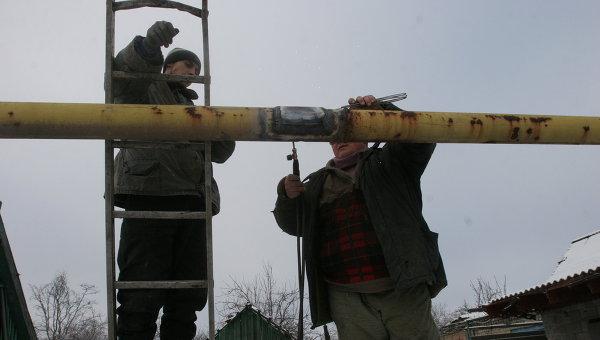 Сотрудники коммунальных служб восстанавливают газовую магистраль в Донецке. Архивное фото