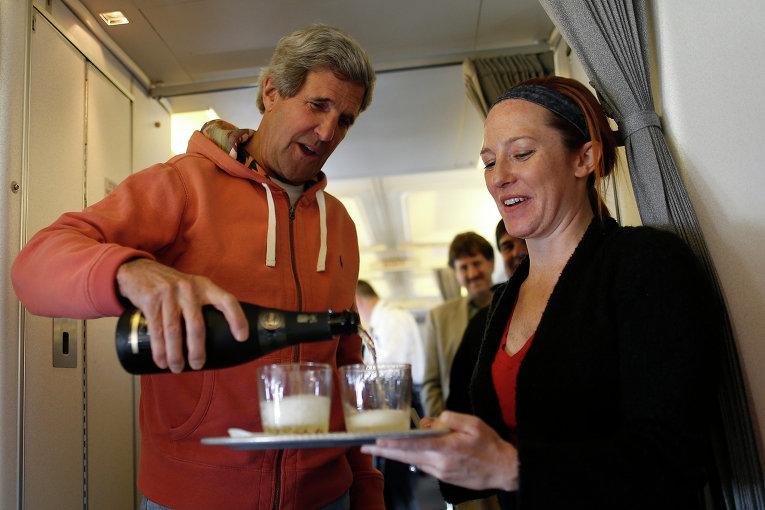 Член Демократической партии, действующий 68-й Государственный секретарь США Джон Керри и официальный представитель Государственного департамента США Дженнифер Псаки. 2013