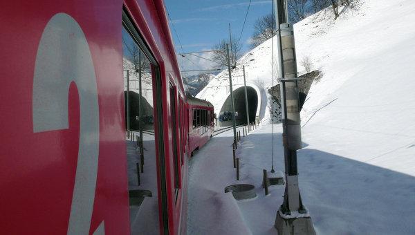 Поезд едет по железной дороге в горах, Швейцария