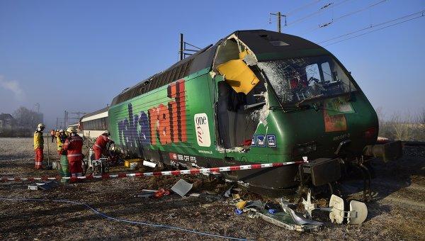 Спасатели на месте столкновения поездов возле станции Рафц, Швейцария