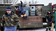 Сотрудники МЧС ДНР разворачивают мобильный пункт помощи населению в Углегорске