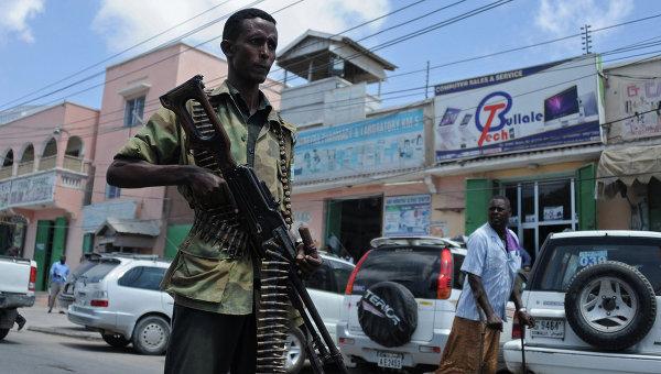 Солдат правительственных войск Сомали патрулирует одну из улиц. Архивное фото