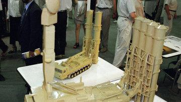 Макет зенитно-ракетного комплекса Антей 2500. Архивное фото