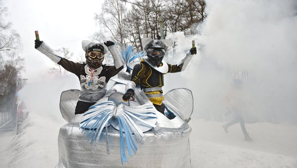 Участники заезда на фестивале необычных саней Battle Сани, архивное фото