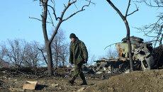 Ополченец ЛНР в разрушенном укрепрайоне украинских силовиков на окраине города Дебальцево