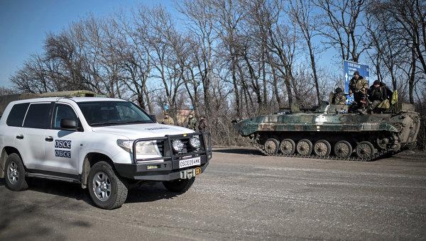 Автомобиль ОБСЕ проезжает мимо украинских военных в окрестностях Артемовска. Архивное фото