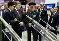 Президент Украины Петр Порошенко и начальник генштаба ВСУ Михаил Муженко на выставке IDEX-2015, ОАЭ