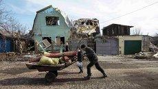 Местный житель возле разрушенного дома в Дебальцево