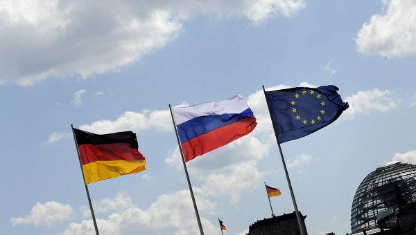 Флаги России, Германии и Евросоюза на фоне Рейхстага в Берлине, Германия. Архивное фото