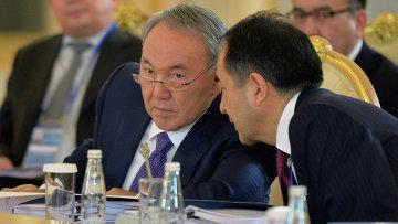 Президент Казахстана Нурсултан Назарбаев (слева)