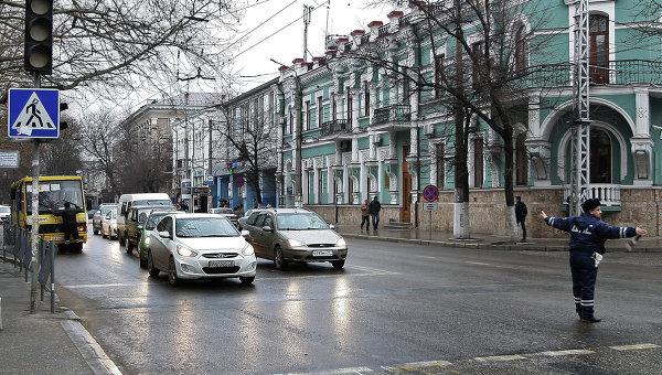 Сотрудник дорожно-постовой службы регулирует движение на одной из улиц Симферополя. Архивное фото