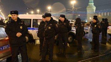 Сотрудники правоохранительных органов на месте убийства политика Бориса Немцова