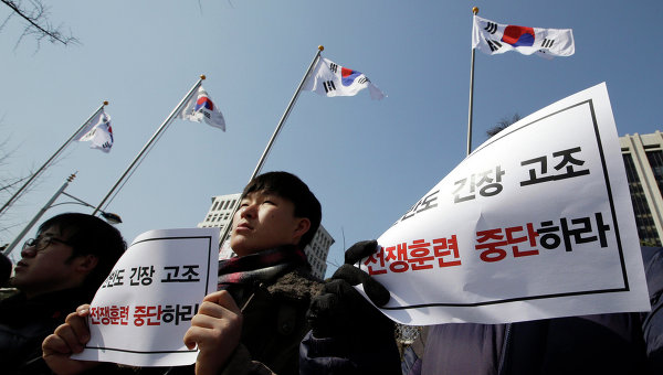 Жители Кореи протестуют в связи с запуском двух баллистических ракет с территории КНДР