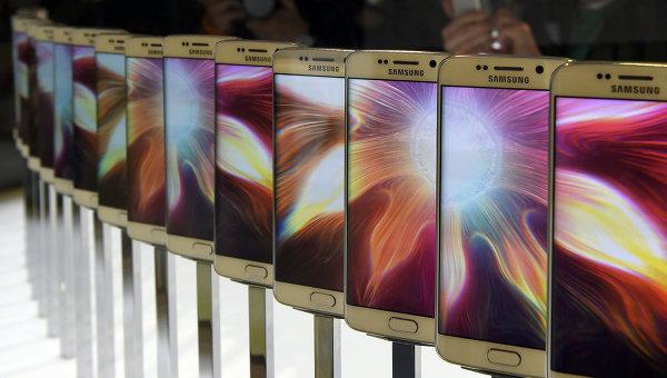 Смартфон Galaxy S6 на презентации Samsung в Барселоне. 1 марта 2015