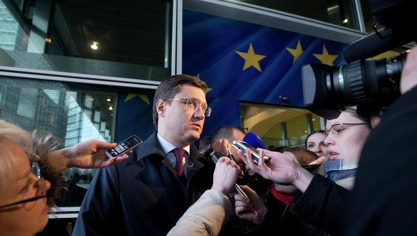 Министр энергетики РФ Александр Новак беседует с журналистами в Брюсселе. Архивное фото