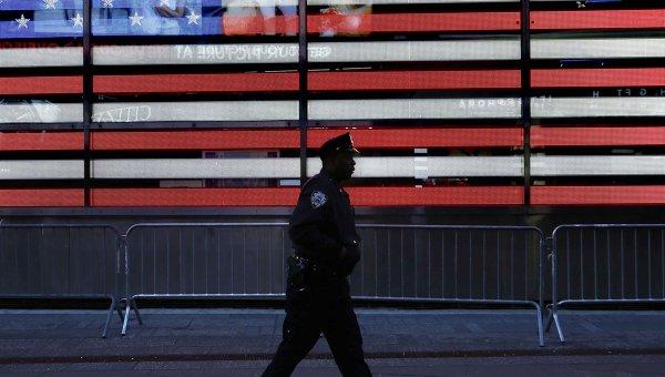 Полицейский на улице в Нью-Йорке, США