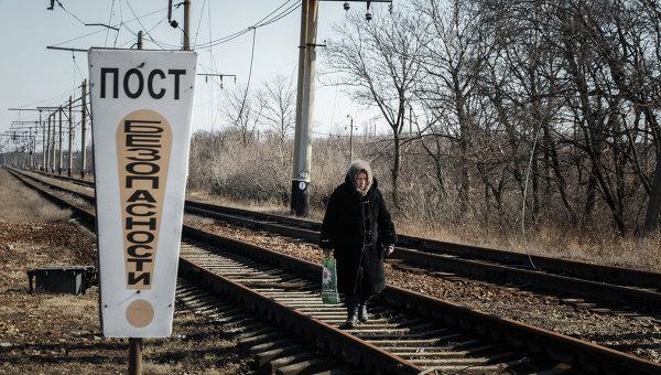 Женщина идет по железнодорожным путям. Архивное фото