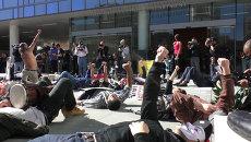 Протестующие легли на землю на акции после убийства бездомного полицией в США