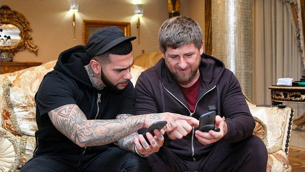 Глава Чечни Рамзан Кадыров и Тимати (Тимур Юнусов) с телефонами YotaPhone