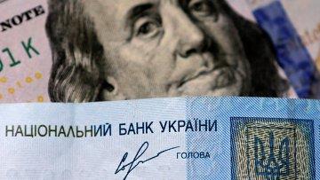 Денежные купюры США и Украины. Архивное фото