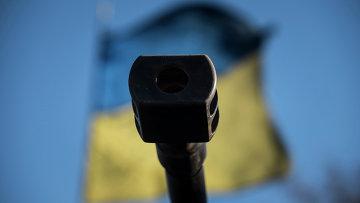 Оружейный ствол на фоне флага Украины. Архивное фото