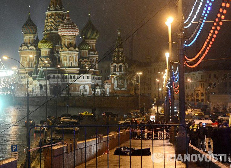 На месте убийства политика Бориса Немцова
