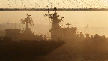 Боевые корабли Тихоокеанского флота рядом с вантовым мостом во Владивостоке. Архивное фото