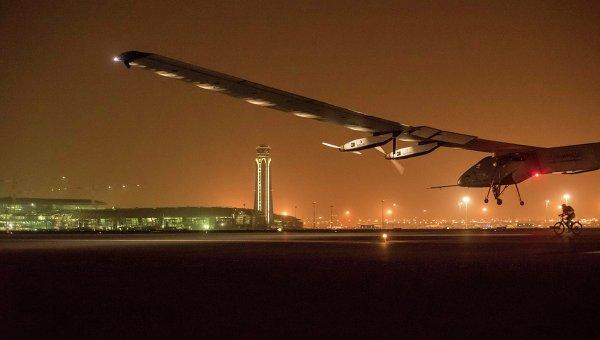 Самолет Solar Impulse 2 приземляется в столице Омана Мускате