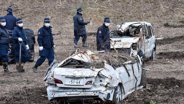 Полицейские во время поисков останков пропавших без вести в районе АЭС Фукусима, Япония. 11 марта 2014. Архивное фото