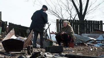 Жители села Никишино во дворе своего разрушенного дома