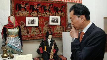 Бывший премьер-министр Японии Юкио Хатояма у Крымского этнографического музея в Симферополе
