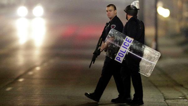 Полицейские на улице Фергюсона во время беспорядков