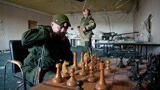 Ополченцы ДНР играют в шахматы на окраине Донецка, архивное фото