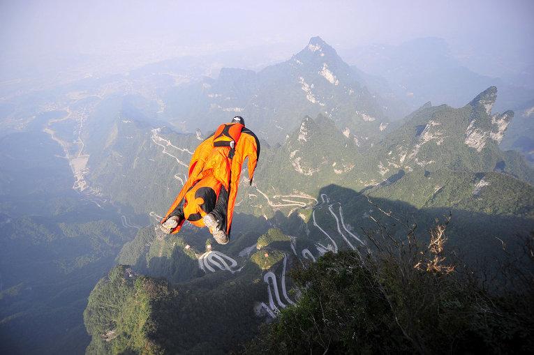 Парашютист в вингсьюте в Национальном лесном парке Чжанцзяцзе