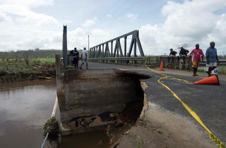 Мост в Вануату, поврежденный в результате циклона Пэм