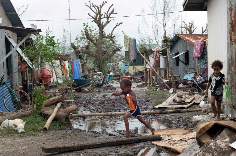 Дети на улице Порт-Вилы, столицы Вануату, поврежденной в результате циклона Пэм