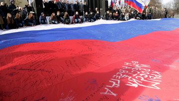 Участники торжественного митинга по случаю празднования годовщины Крымской весны в Симферополе